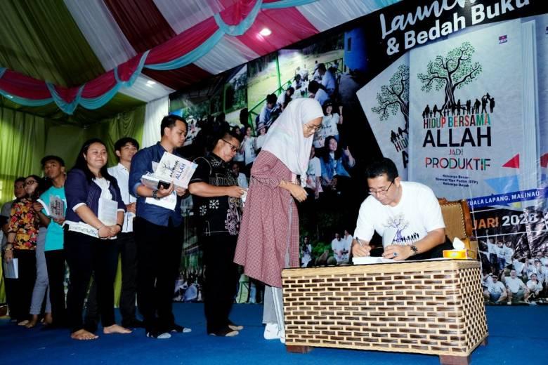 "Rekor MURI untuk Keluarga Samuel Tipa Padan, ""Trendsetter"" dalam Menulis"