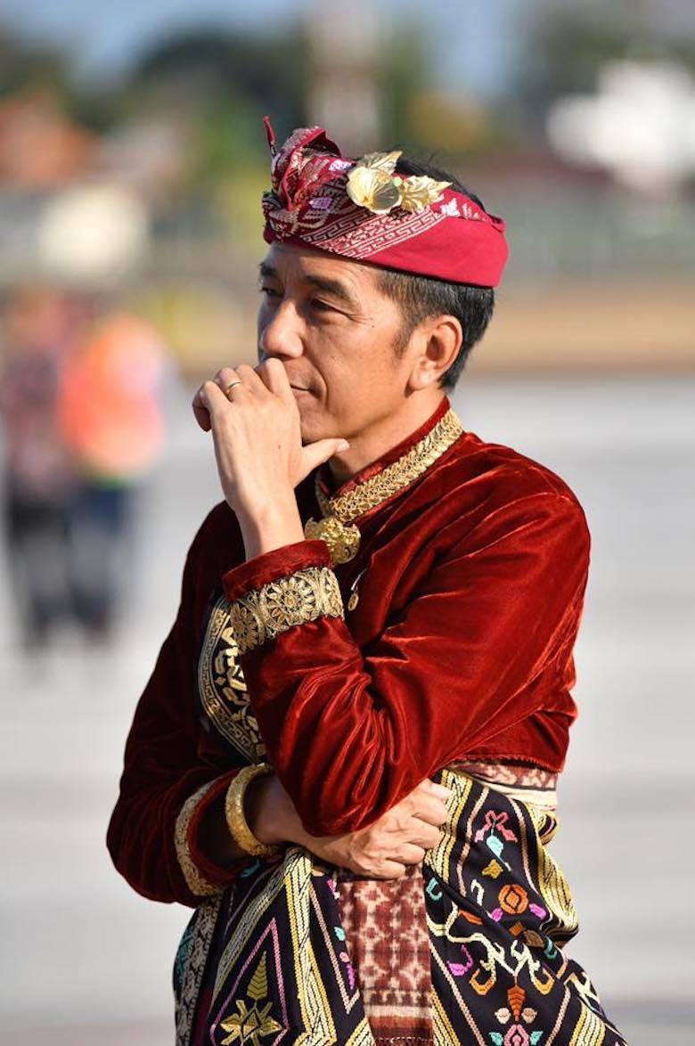 Perlawanan Jokowi dari Balik Pakaian Adat Bali