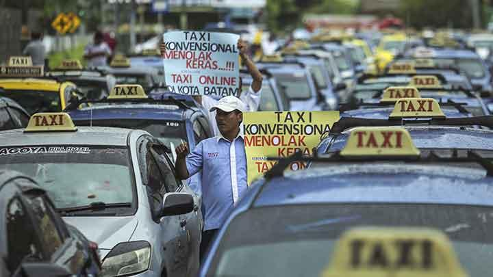 Balada Taksi Online, Dibebani Aturan dan Dimusuhi Sopir Konvensional