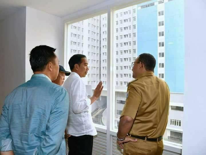 Pesan Politik di Balik Kacak Pinggangnya Anies di Depan Jokowi