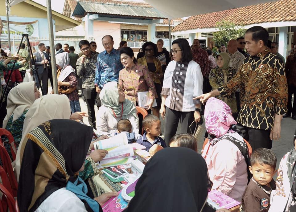 Presiden Joko Widodo dan Presiden Bank Dunia Blusukan ke Desa Tangkil