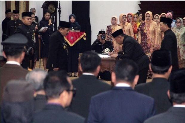 """Gubernur Soekarwo Lantik Sekdaprov yang Diduga """"Terlibat"""" Korupsi"""
